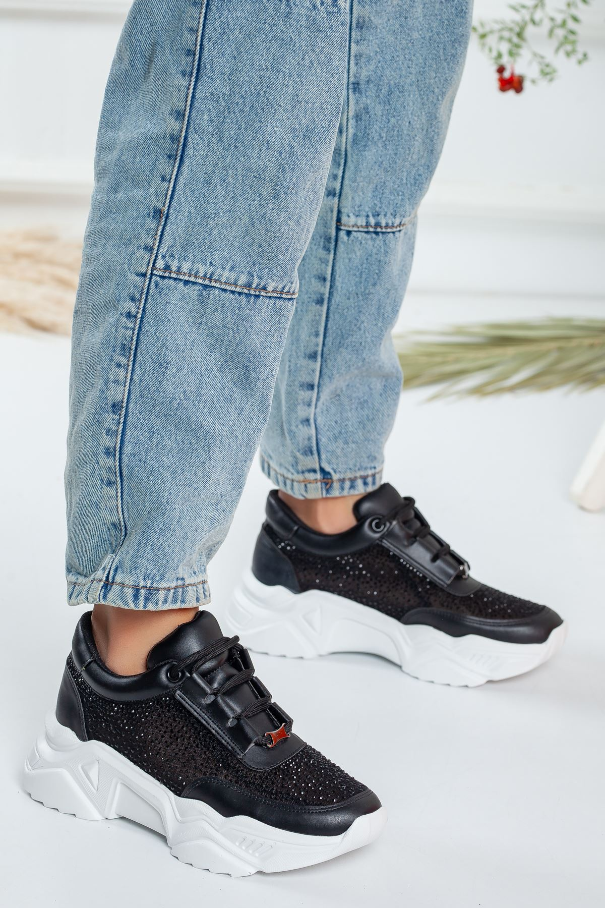 Siyah Fileli Taşlı Sneaker
