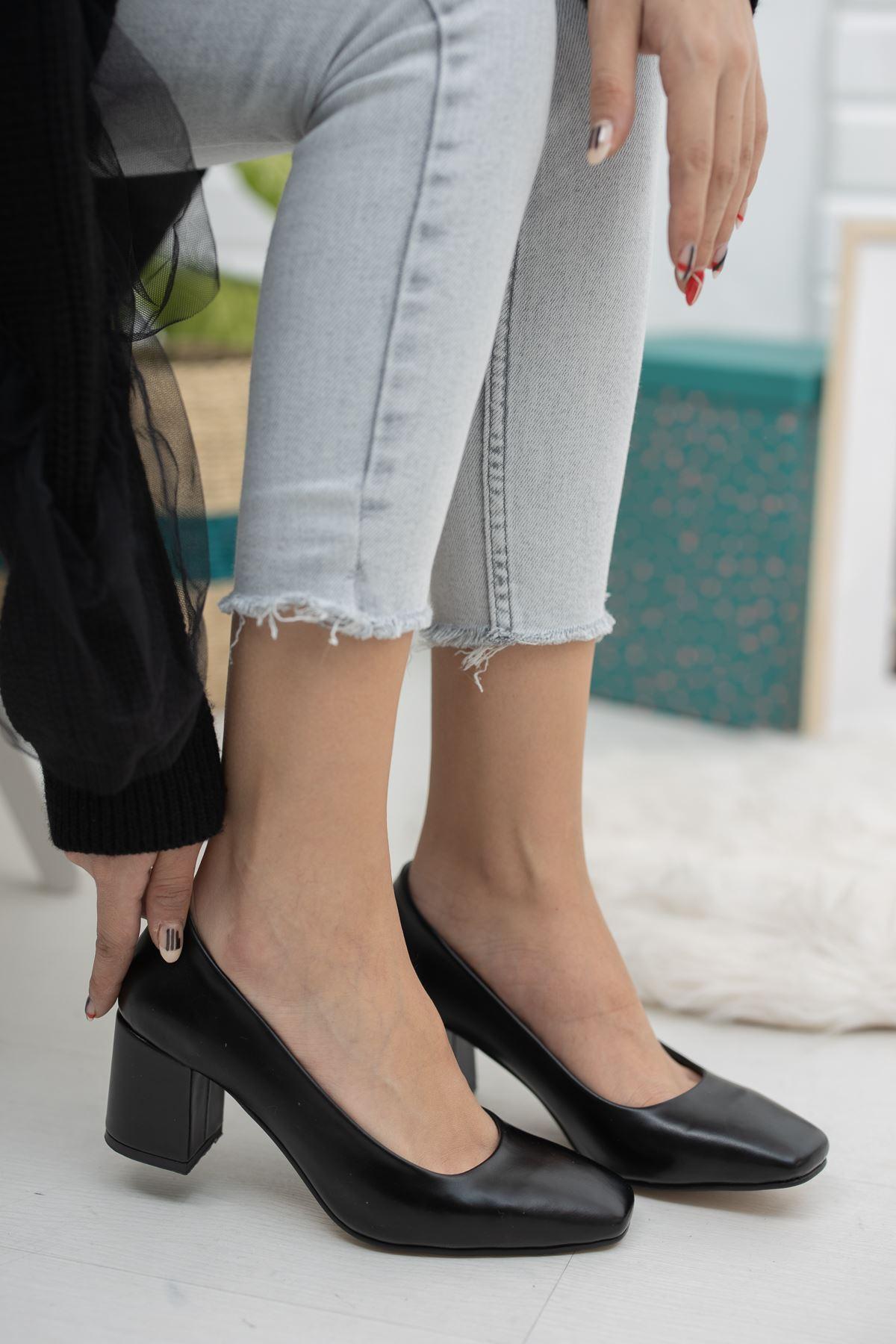 Siyah Cilt Kare Kalıp Klasik Topuklu Ayakkabı