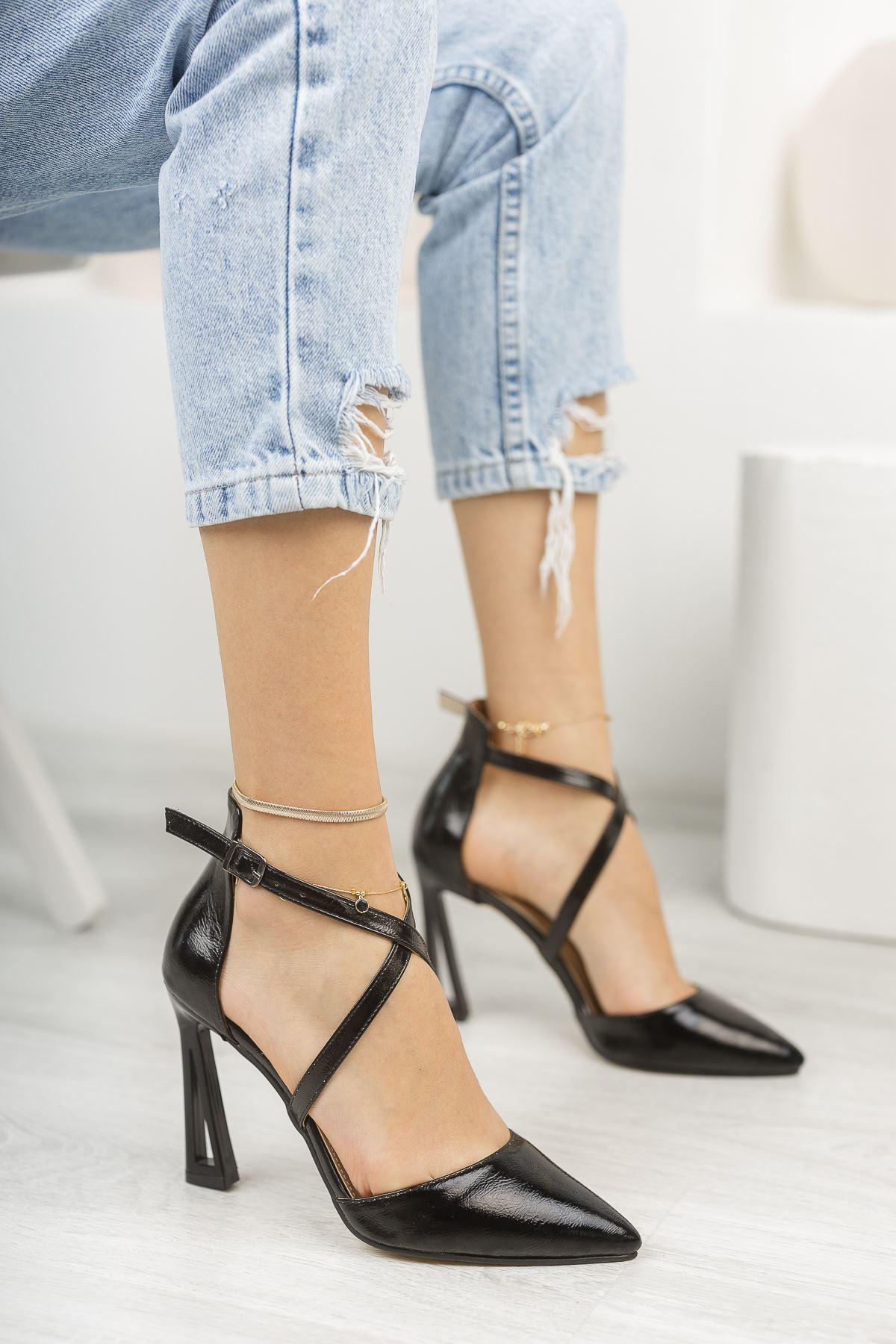 Siyah Kırışık Rugan Önü Çapraz İnce Topuklu Ayakkabı