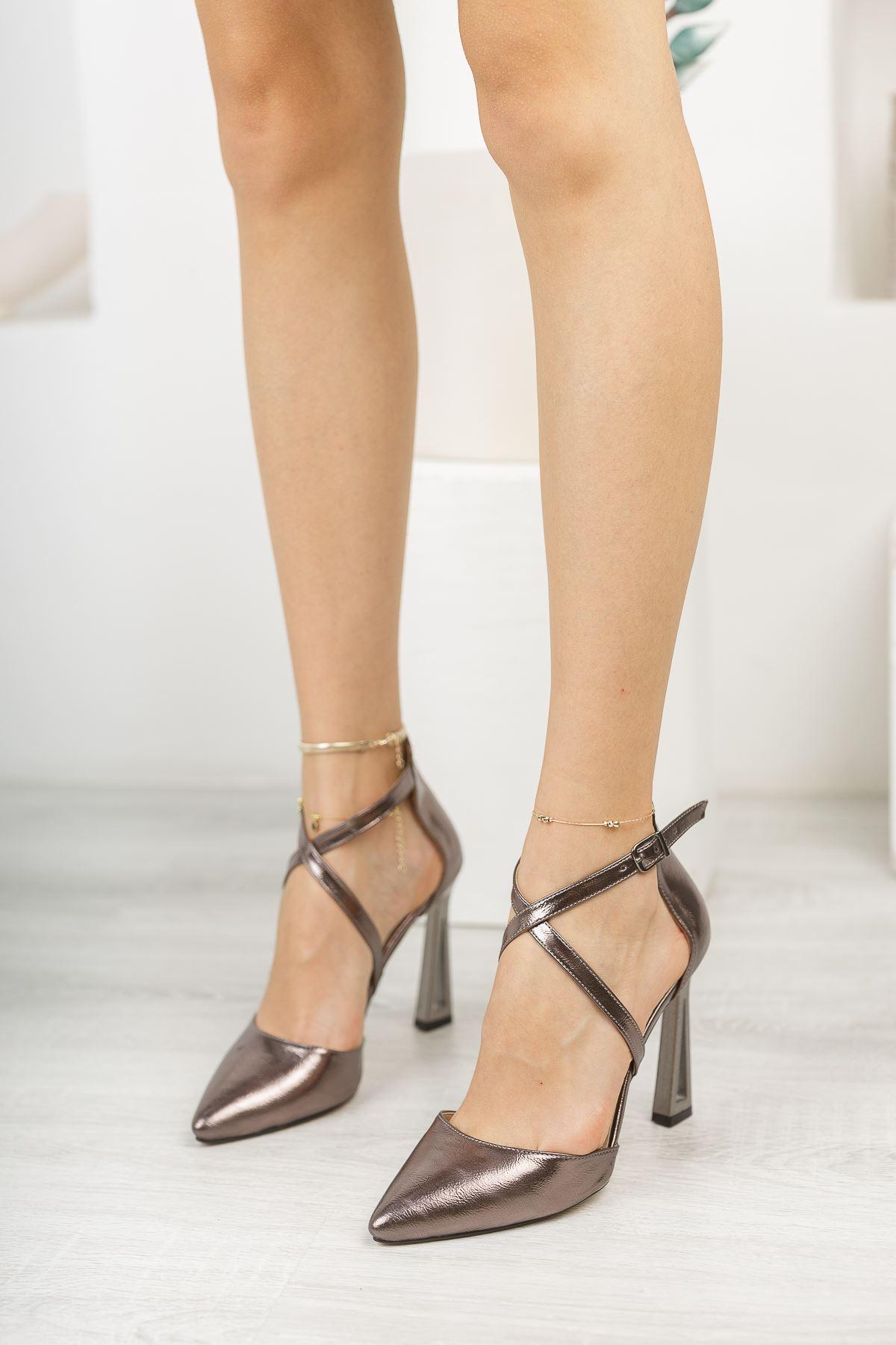 Platin Kırışık Rugan Önü Çapraz İnce Topuklu Ayakkabı