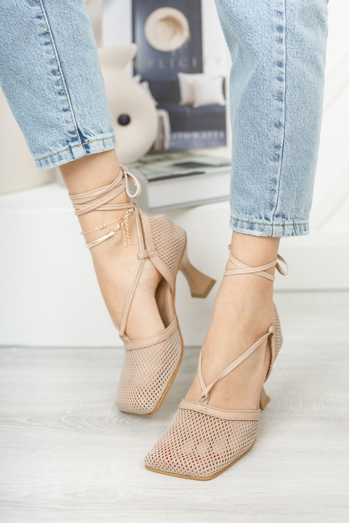 Nude Fileli Bilekten Bağlamalı Köşe Kalıp Topuklu Ayakkabı