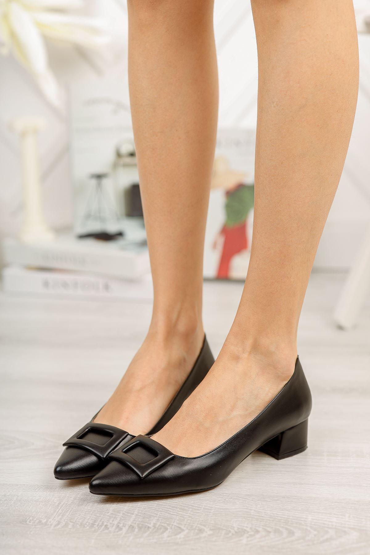 Siyah Deri Sivri Kalıp Toka Detaylı Kısa Kalın Topuklu Ayakkabı