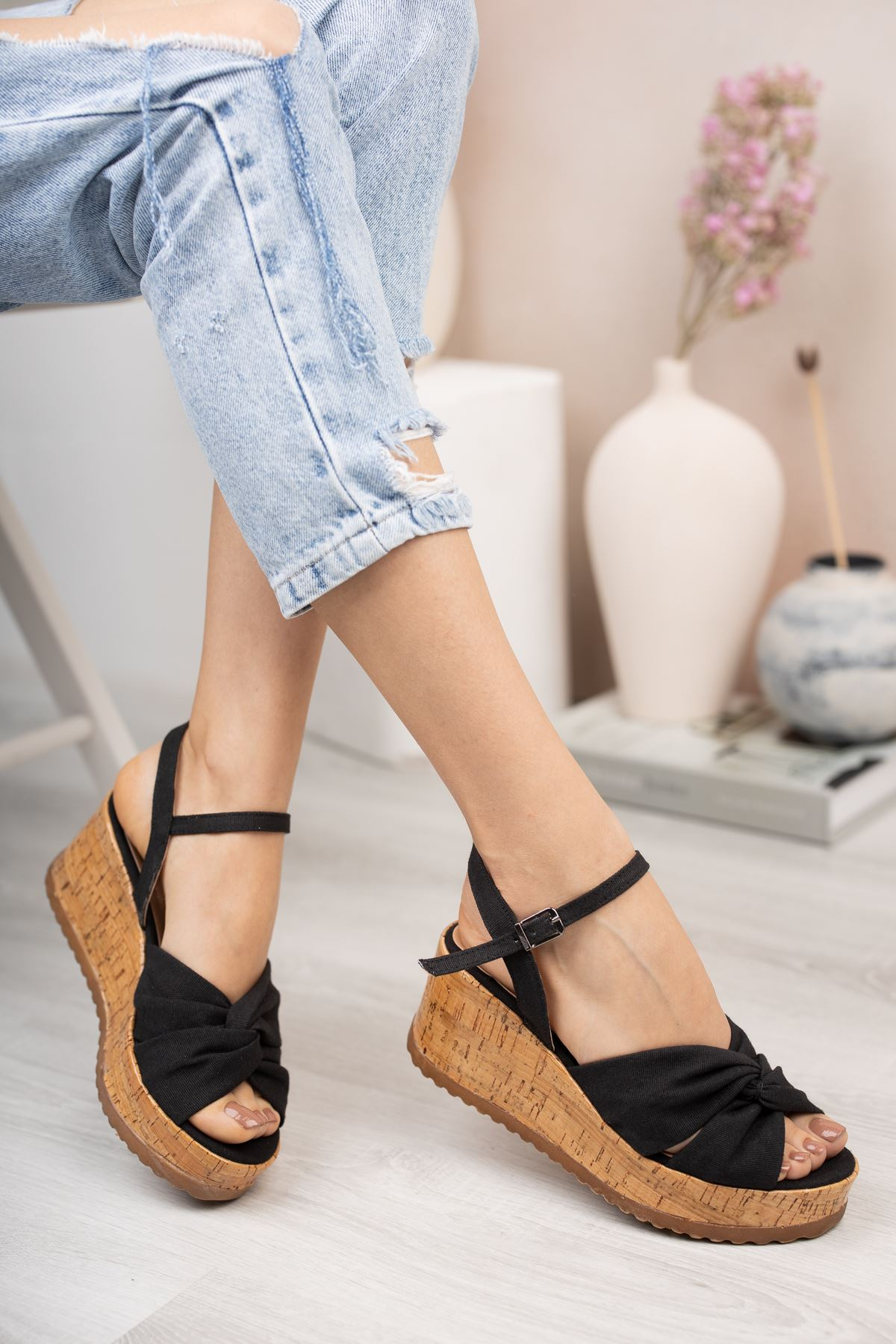 Siyah Keten Dolgu Topuk Sandalet