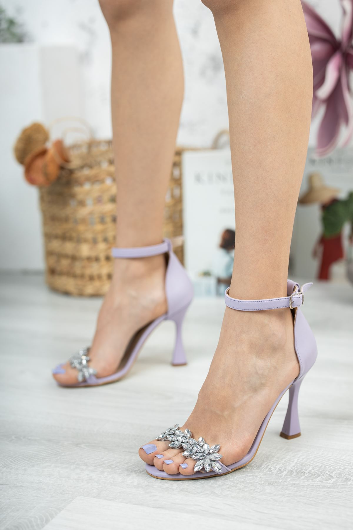Lila Cilt Taş Detaylı İnce Topuklu Ayakkabı