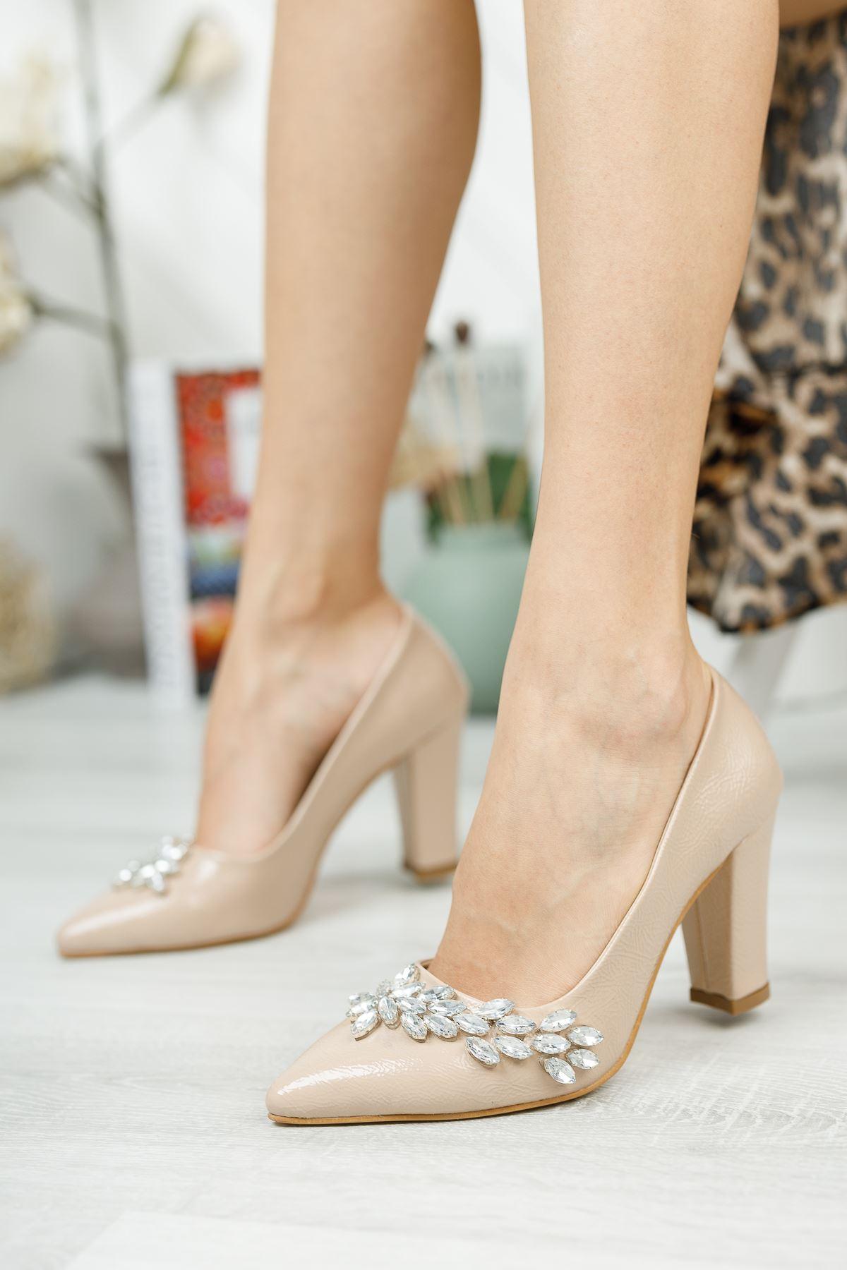 Bej Kırışık Rugan Taş Detaylı Topuklu Ayakkabı