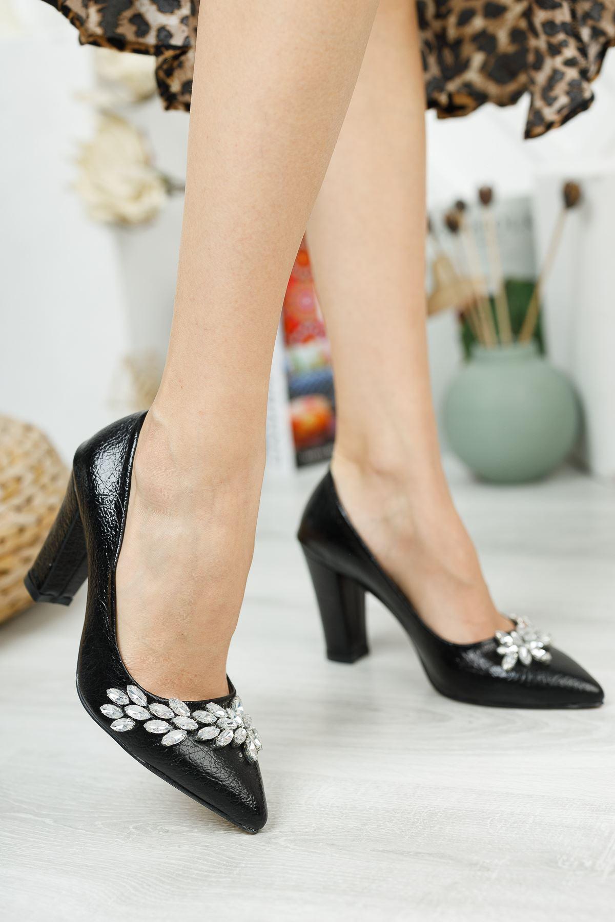 Siyah Kırışık Rugan Taş Detaylı Topuklu Ayakkabı