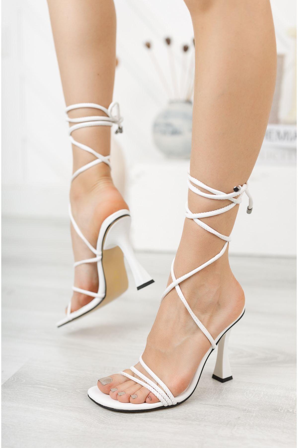 Beyaz Bilekten Bağlama Detaylı Yüksek Topuklu Ayakkabı