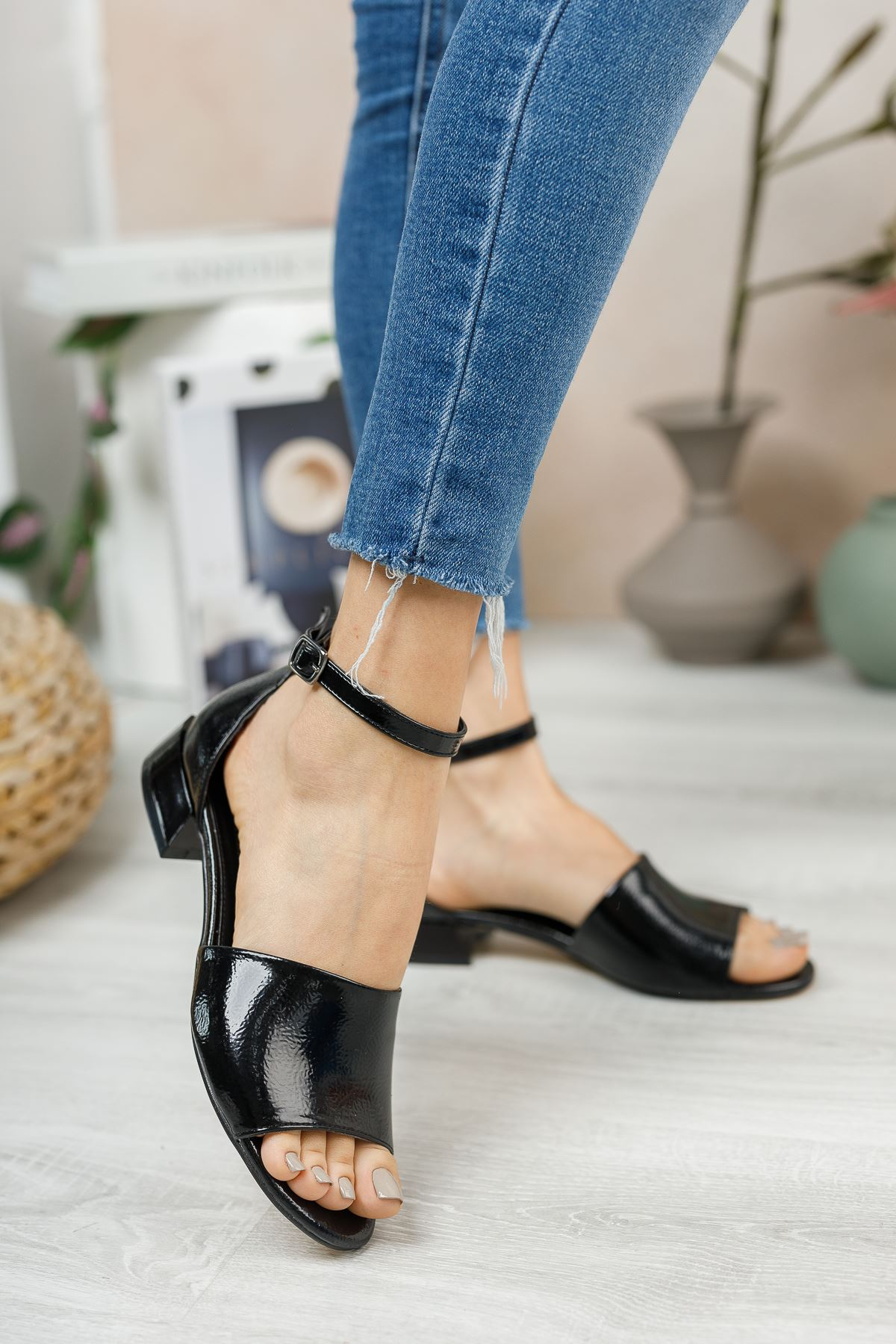 Siyah Rugan Kısa Topuklu Sandalet