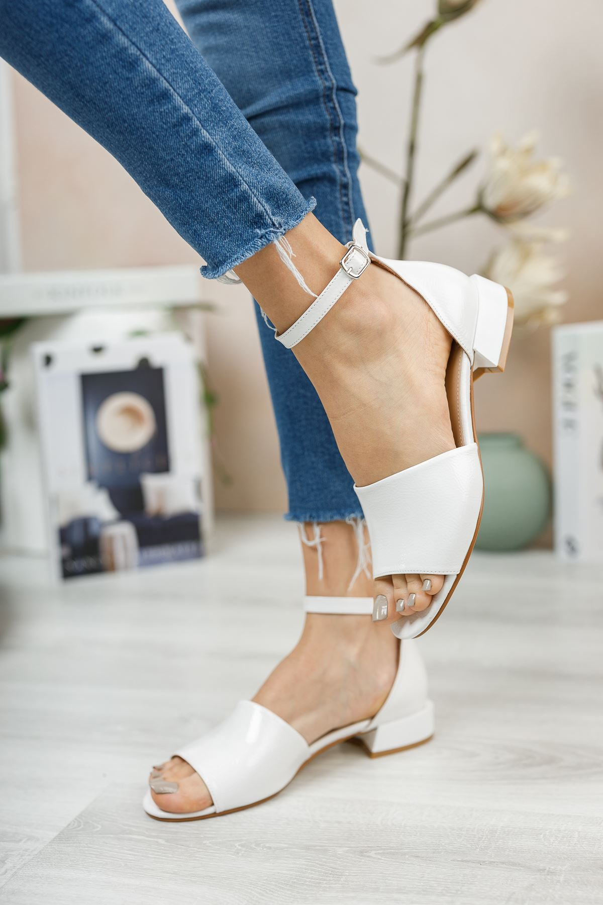Beyaz Rugan Kısa Topuklu Sandalet