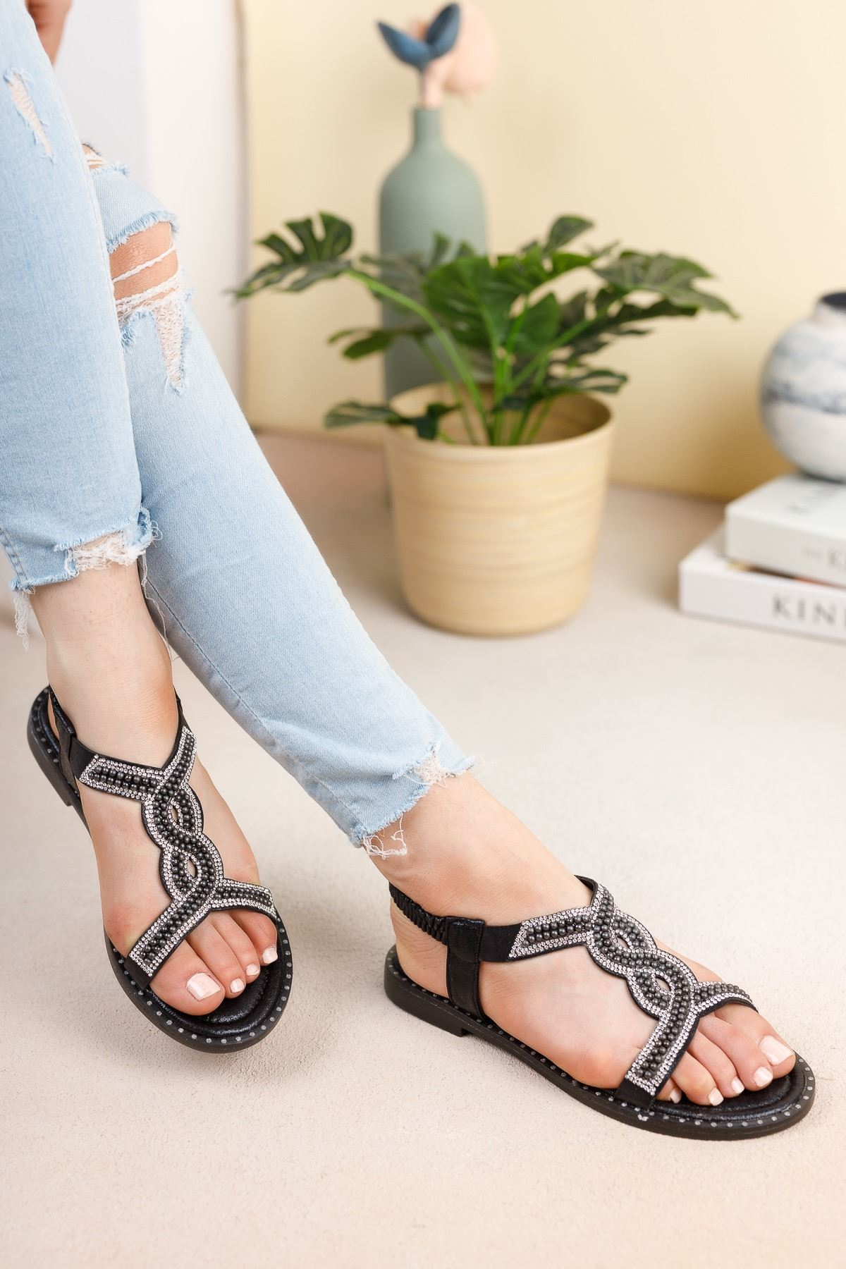 Siyah Üstü Taşlı Bileği Lastikli Sandalet