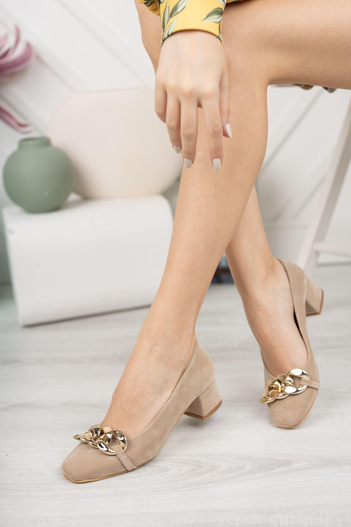 Vizon Süet Zincir Aksesuar Detaylı Klasik Topuklu Ayakkabı