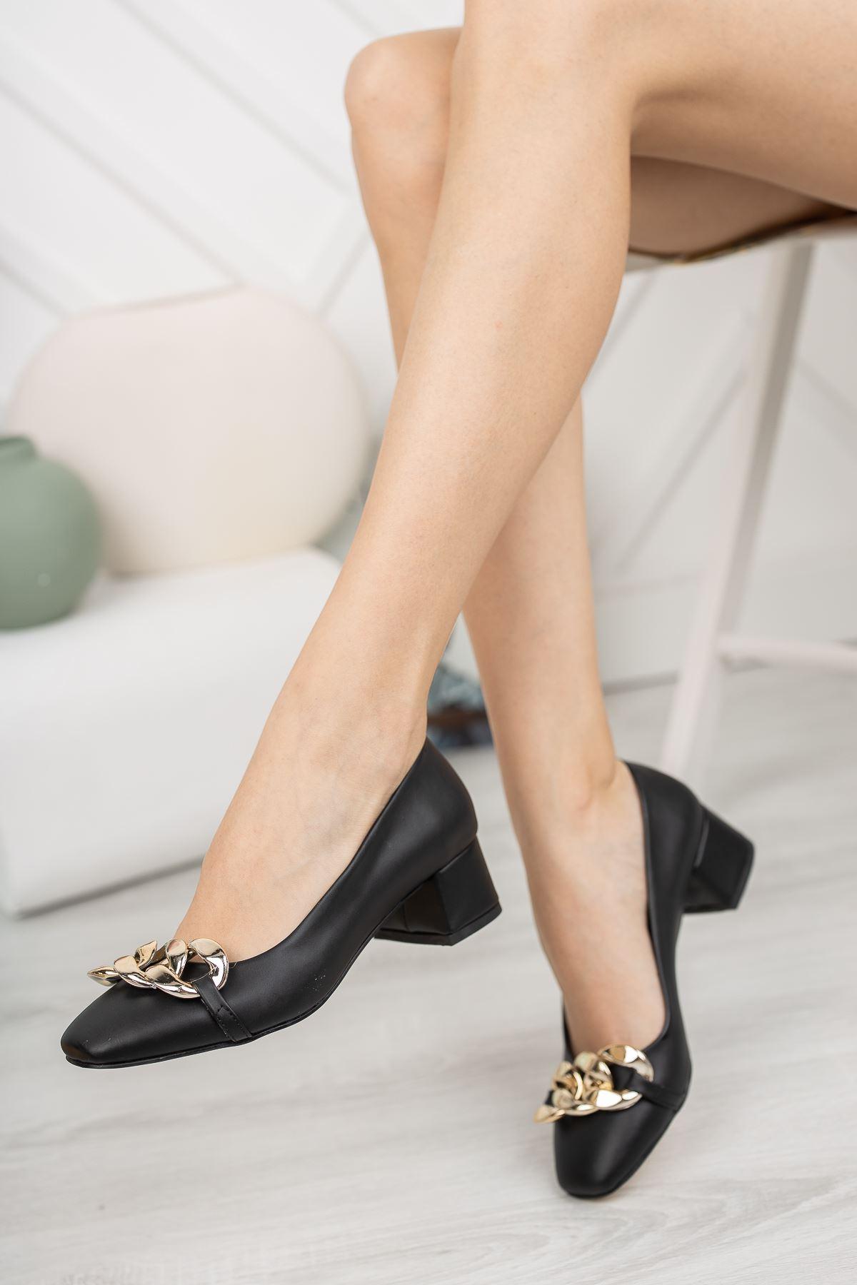 Siyah Cilt Zincir Aksesuar Detaylı Klasik Topuklu Ayakkabı