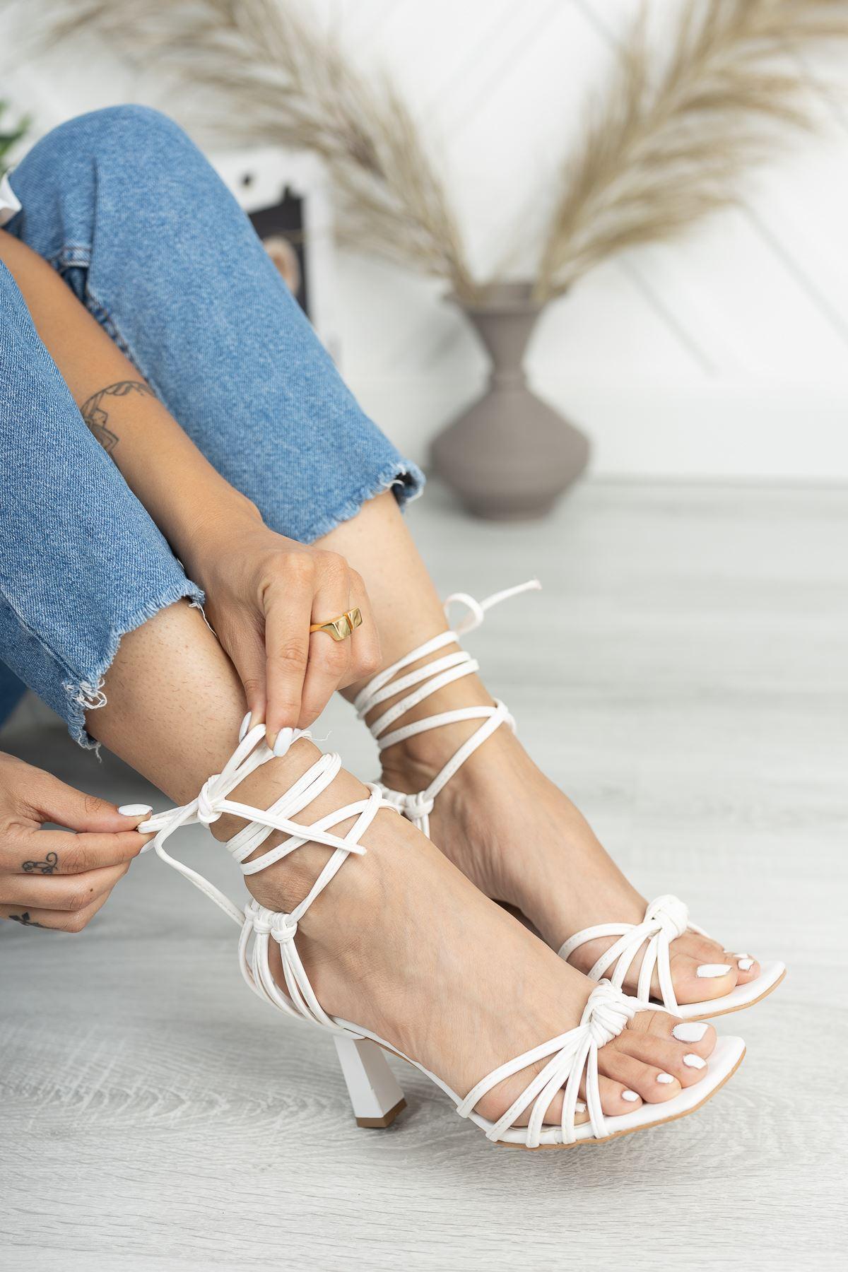 Beyaz Düğüm Detaylı Klasik Topuklu Ayakkabı