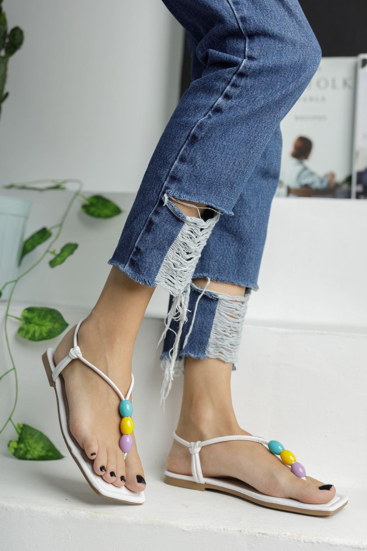 Beyaz Boncuk Detaylı Düz Taban Kadın Sandalet