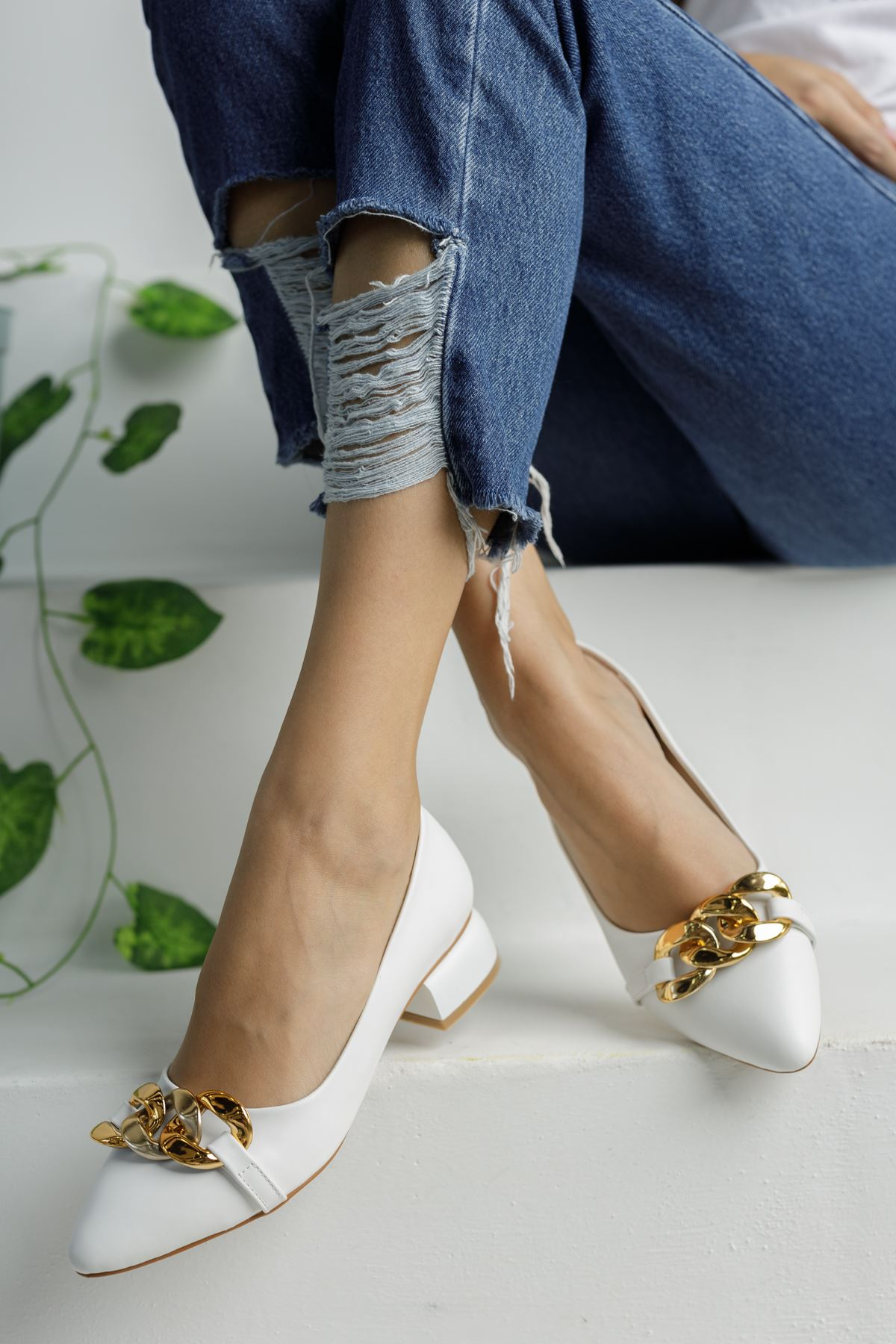 Beyaz Zincir Aksesuarlı Klasik Topuklu Ayakkabı