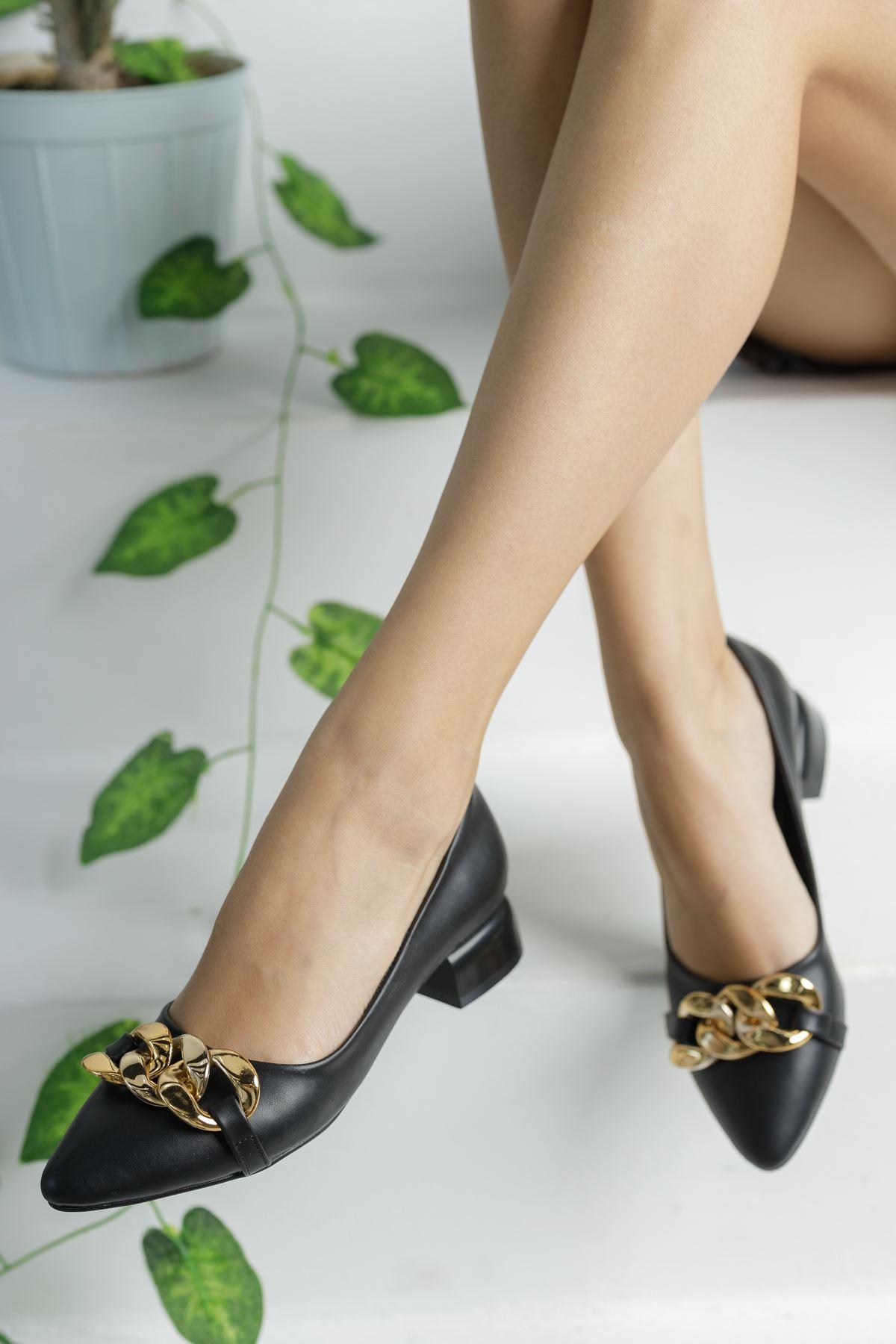 Siyah Zincir Aksesuarlı Klasik Topuklu Ayakkabı