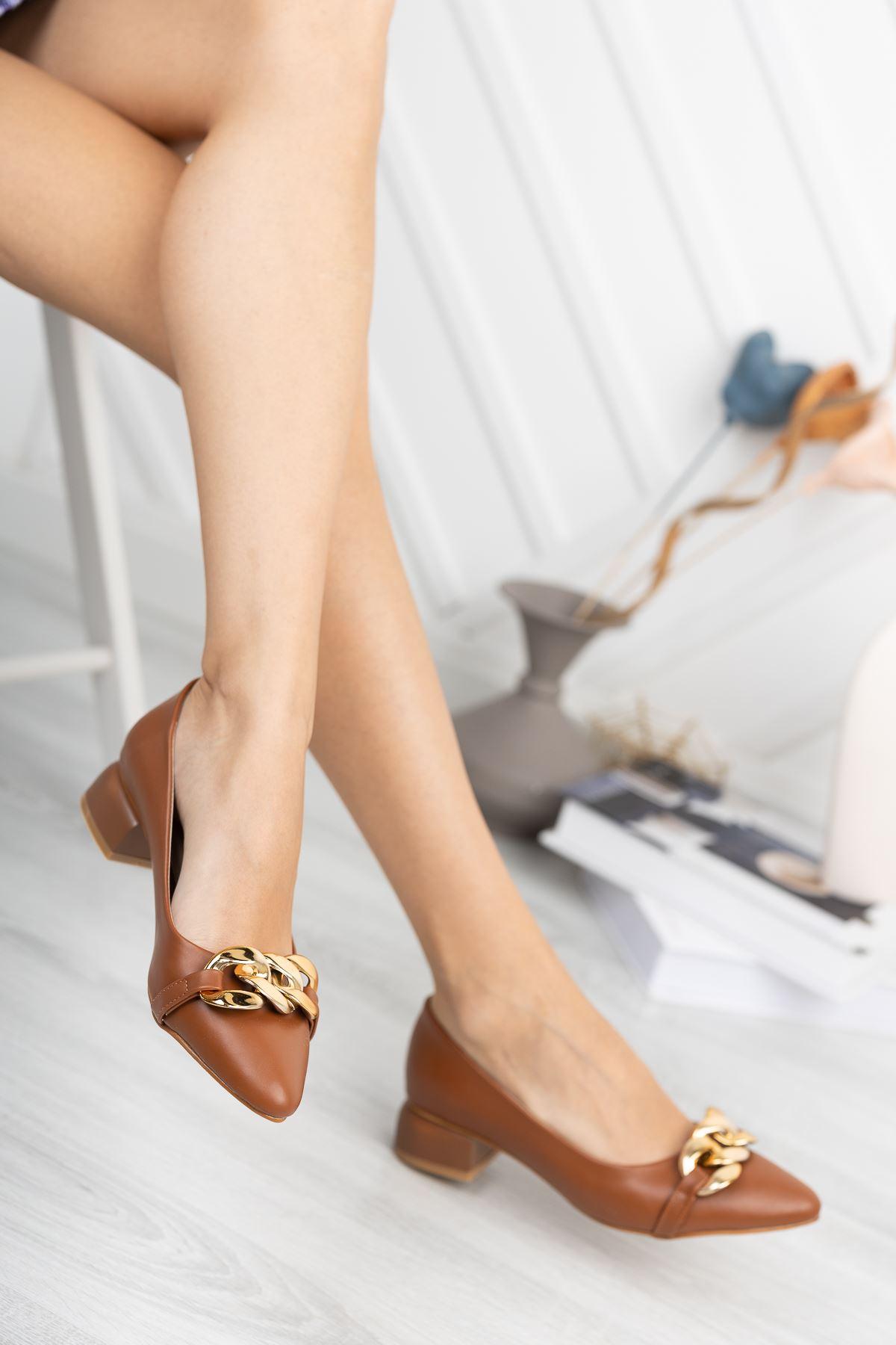 Taba Zincir Aksesuarlı Klasik Topuklu Ayakkabı
