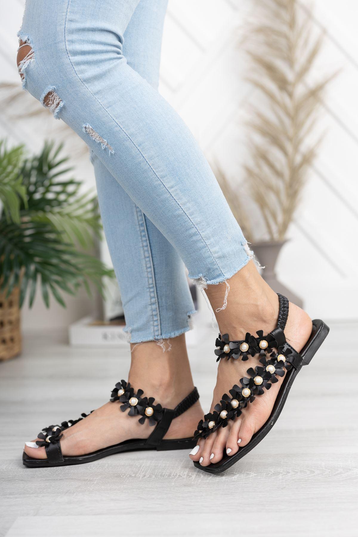 Siyah Çiçekli Parmak Arası Sandalet
