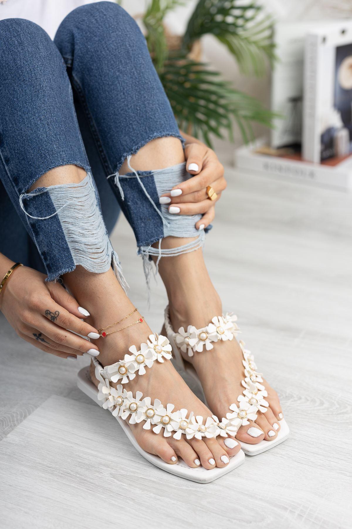 Beyaz Çiçekli Parmak Arası Sandalet