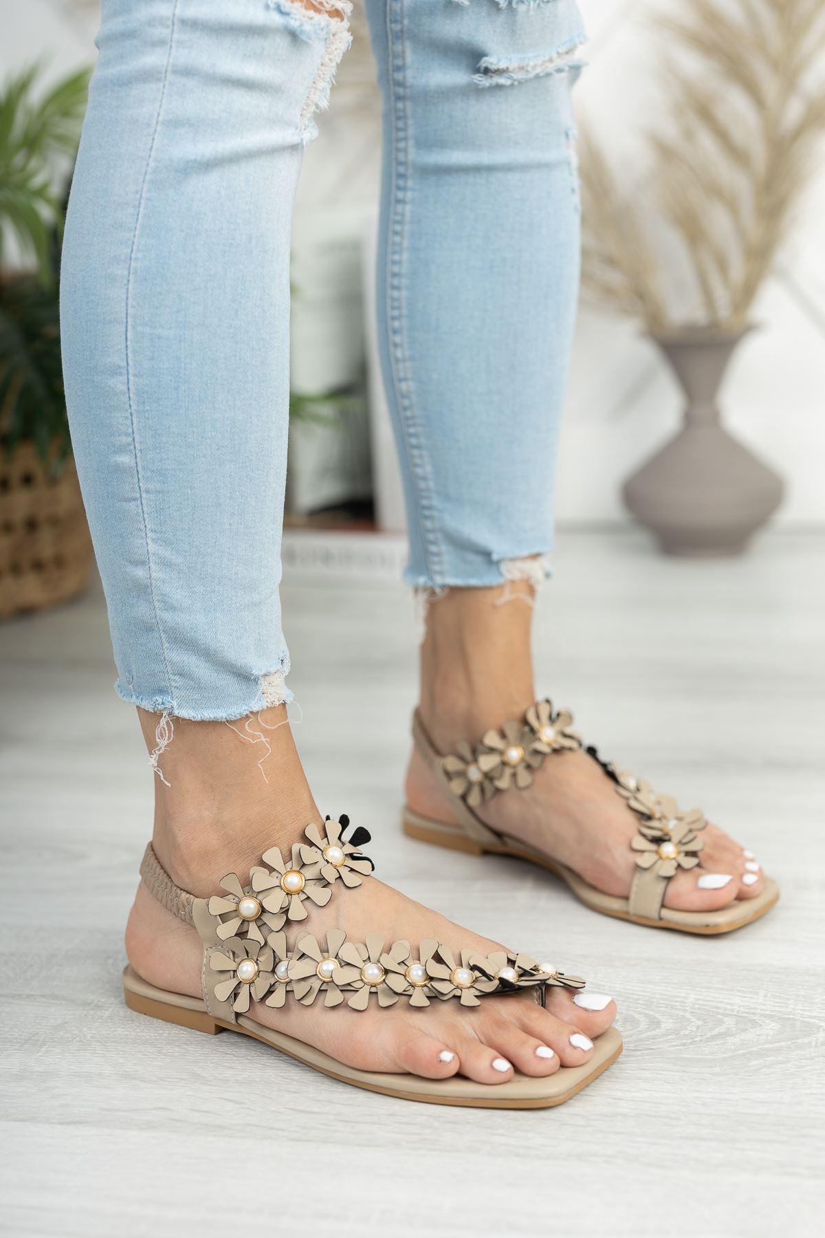 Bej Çiçekli Parmak Arası Sandalet