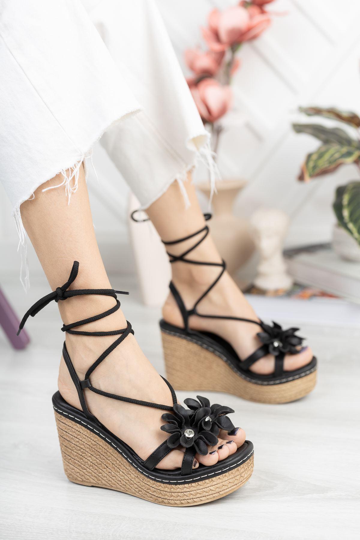 Siyah Çiçek Detaylı Bilek Bağlama Dolgu Topuklu Sandalet
