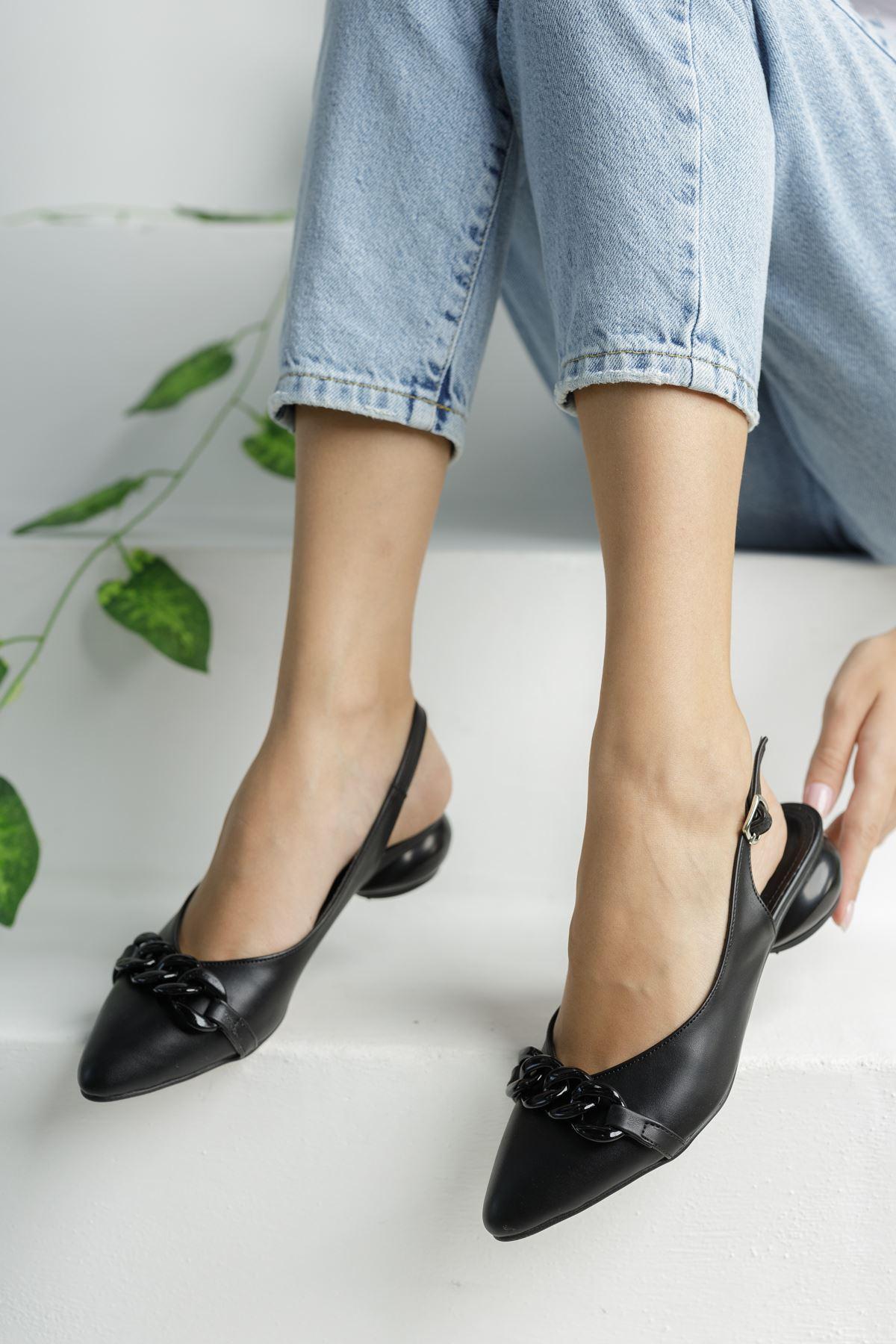 Siyah Zincir Detaylı Kısa Yuvarlak Topuklu Ayakkabı