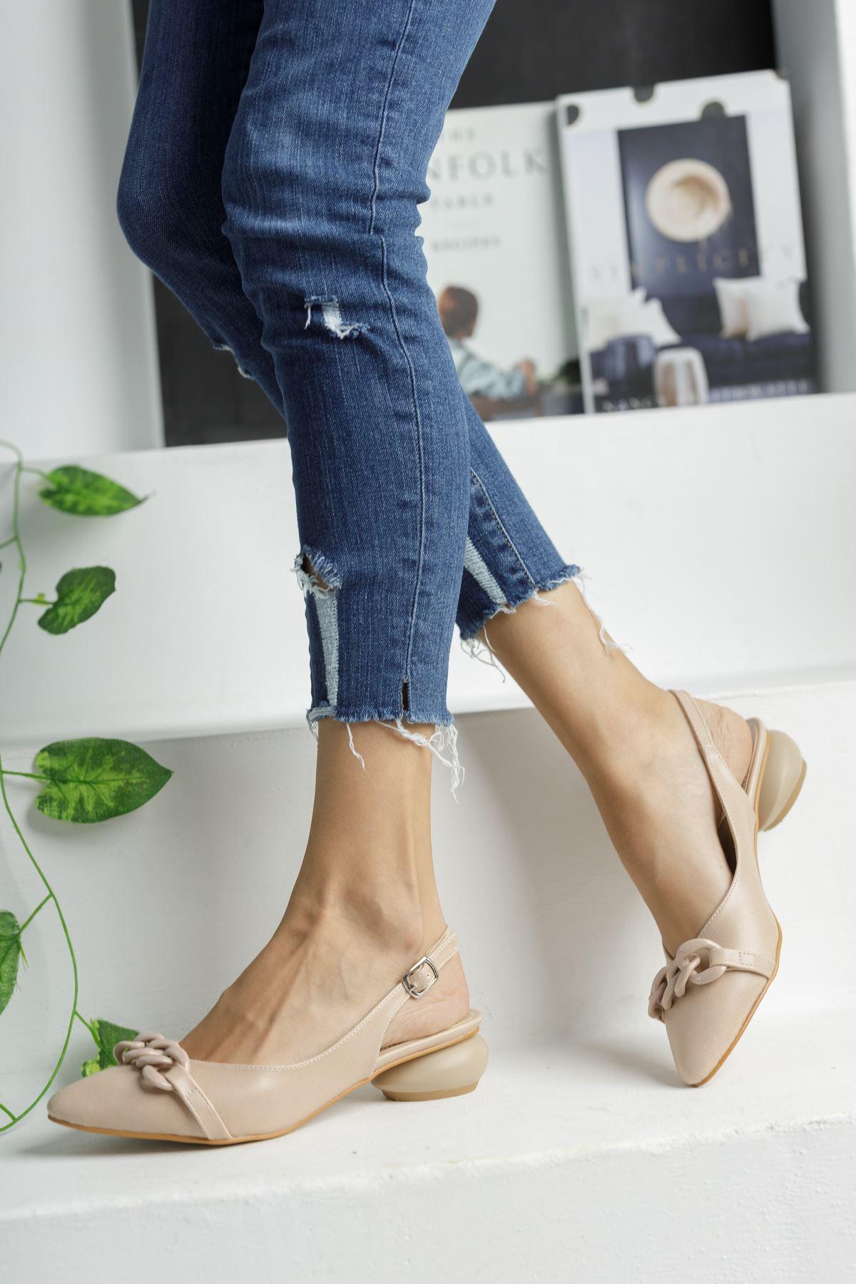 Bej Zincir Detaylı Kısa Yuvarlak Topuklu Ayakkabı