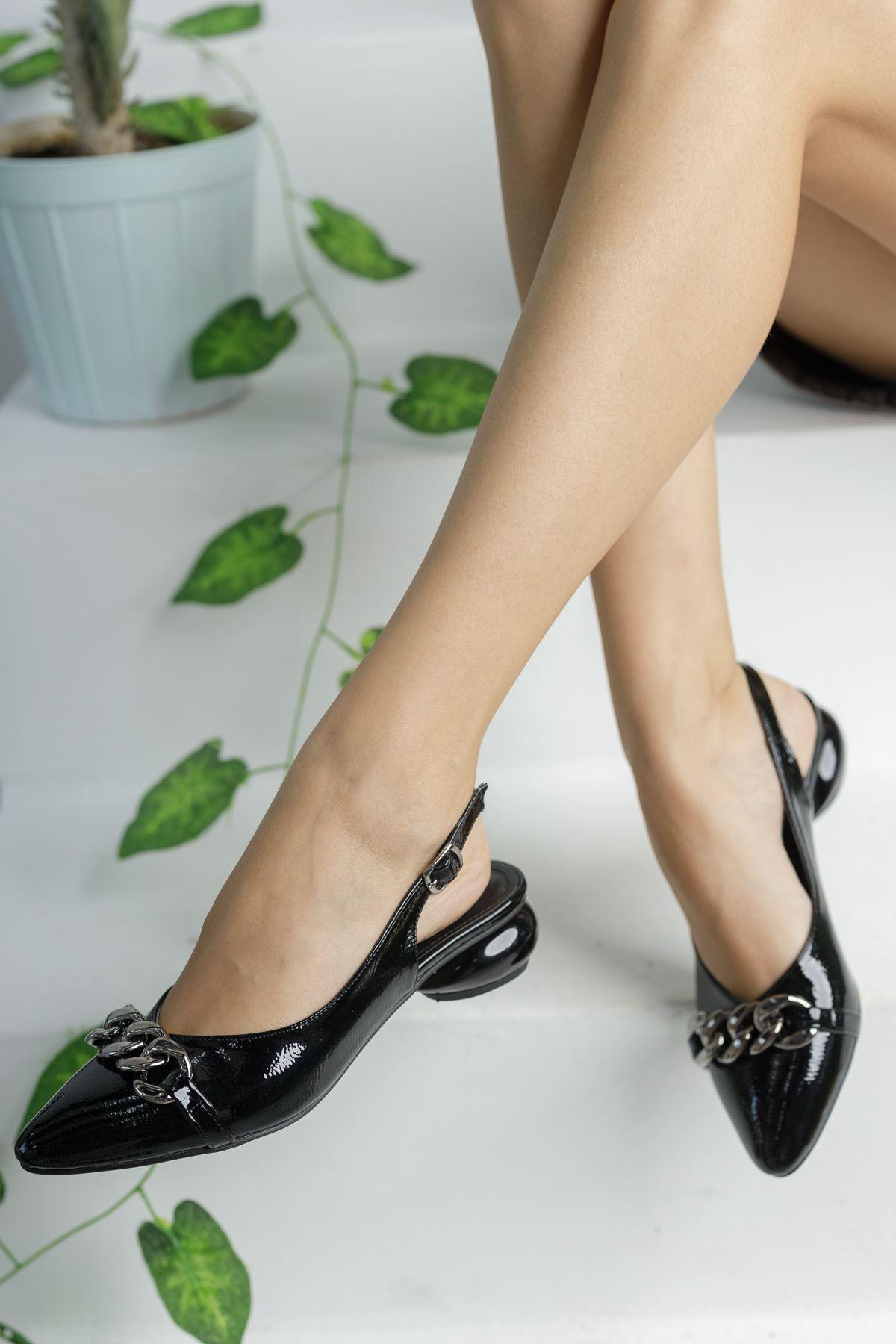 Siyah Rugan Zincir Detaylı Kısa Yuvarlak Topuklu Ayakkabı