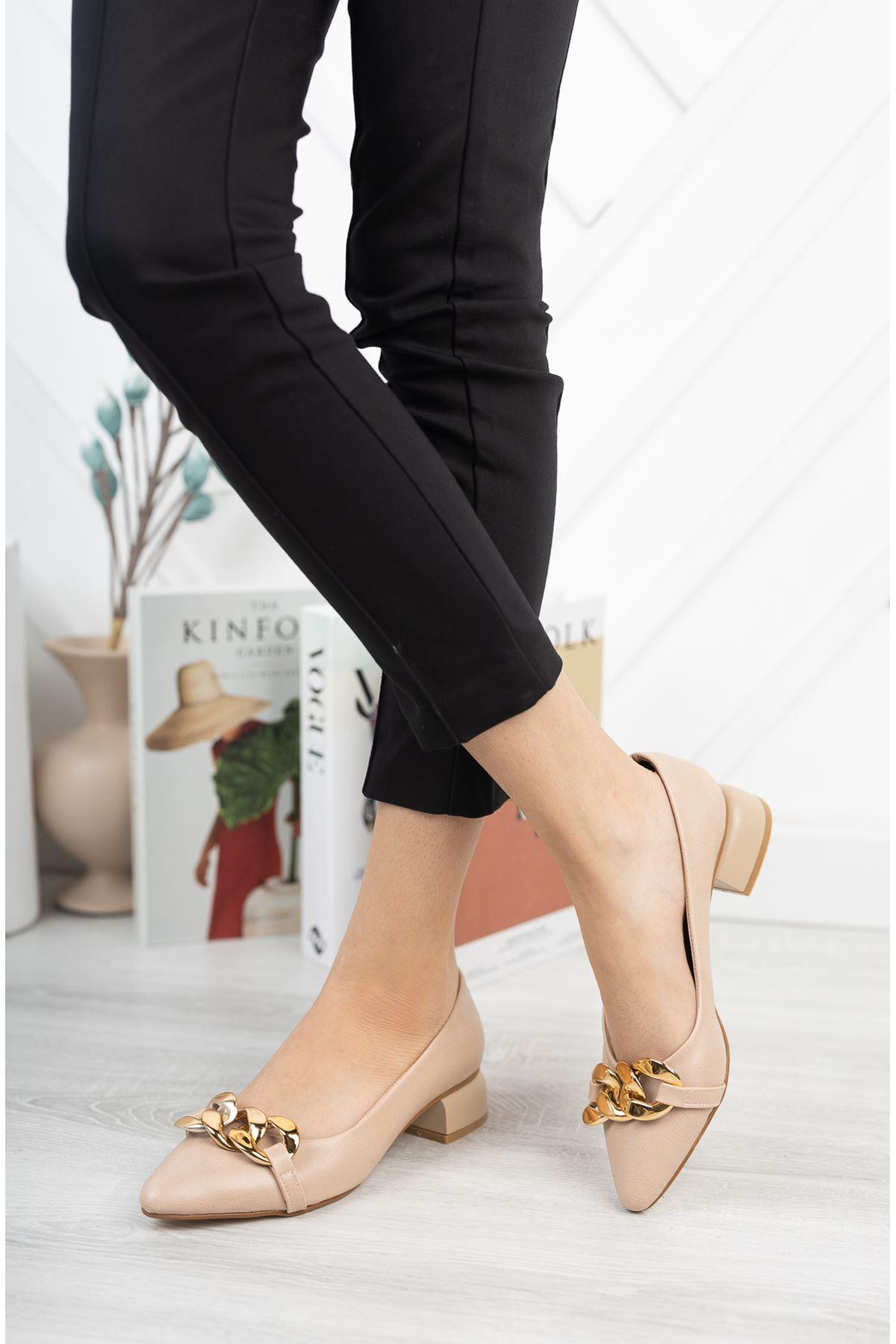 Bej Zincir Aksesuarlı Klasik Topuklu Ayakkabı