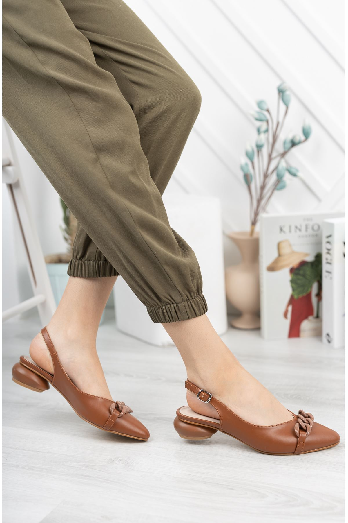 Taba Zincir Detaylı Kısa Yuvarlak Topuklu Ayakkabı
