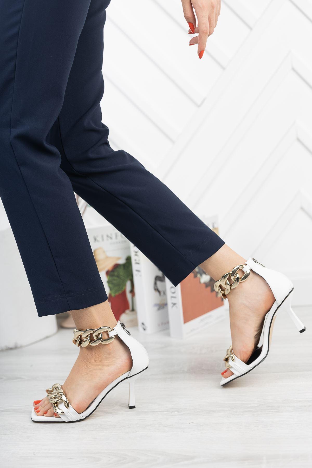 Beyaz Zincir Detaylı İnce Topuklu Ayakkabı
