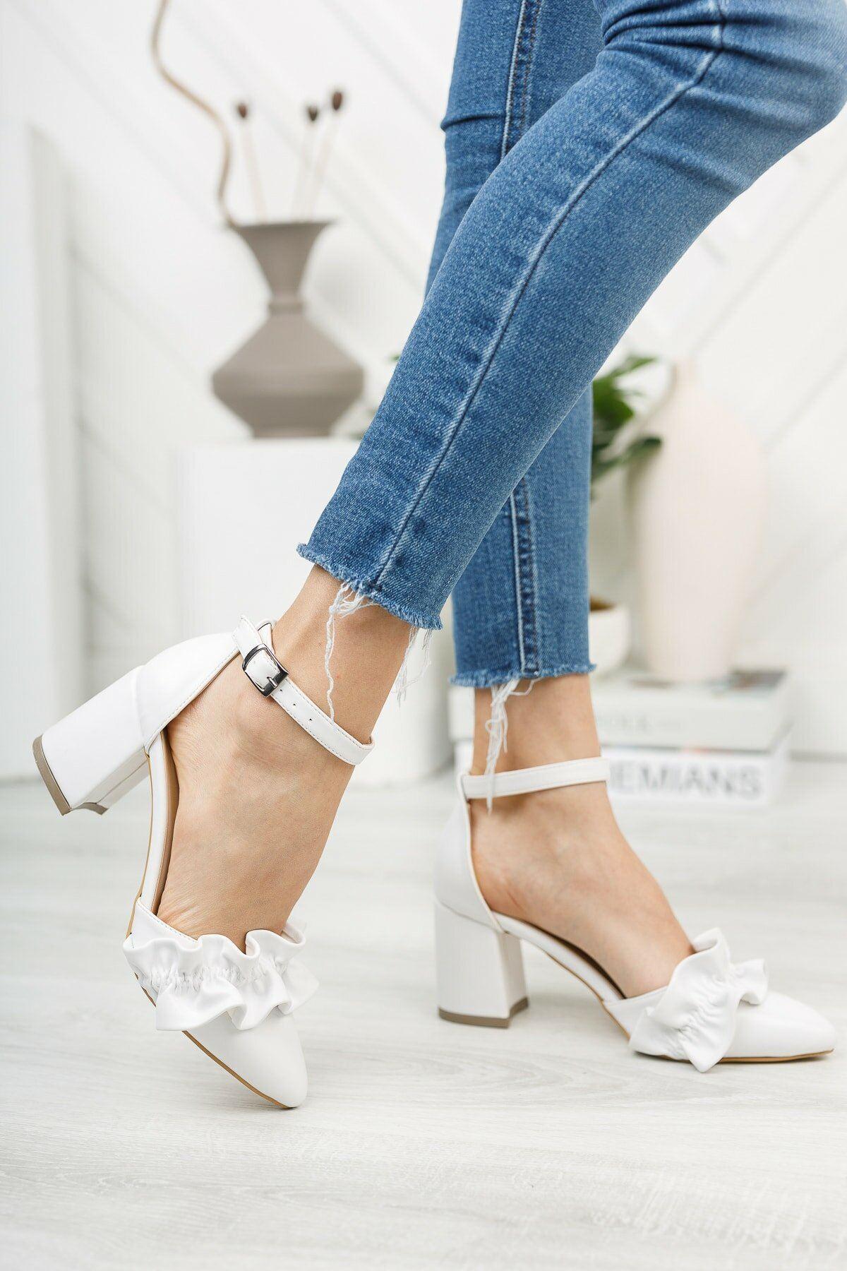 Beyaz Fırfır Detaylı Kalın Topuklu Ayakkabı